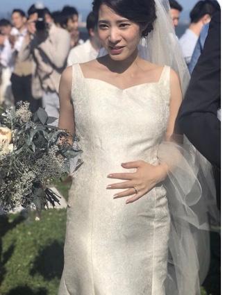 素敵!妊娠五か月のグラマラスな花嫁様